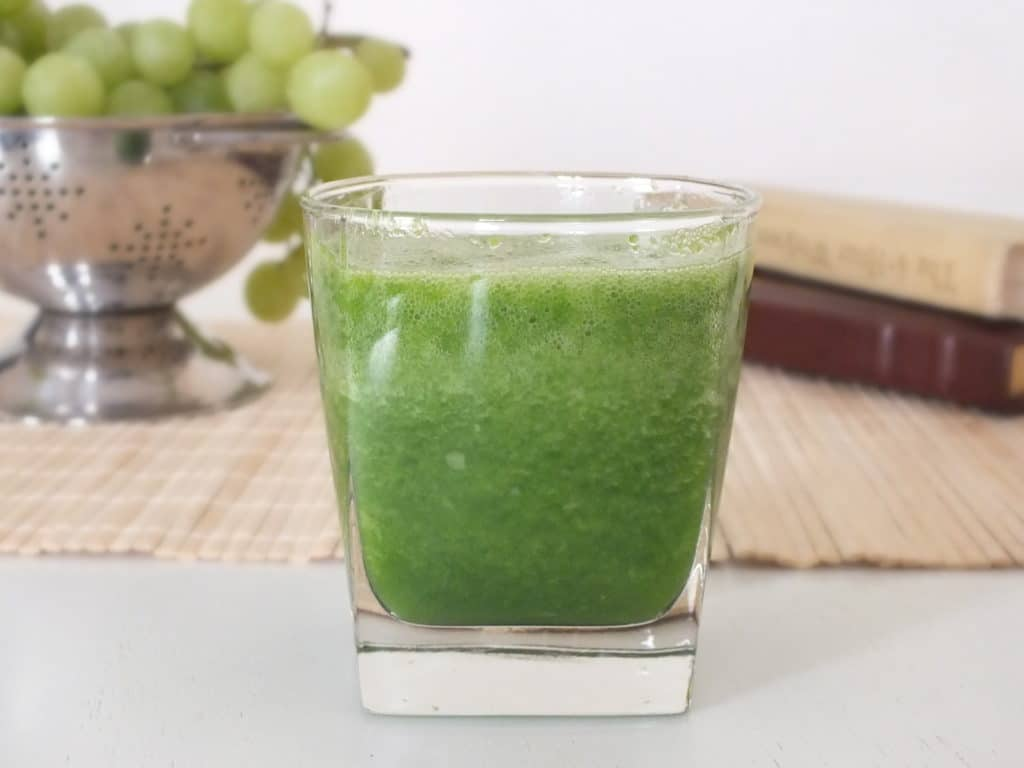 Smoothie Saturday [Pea Shoots, Spinach, Grapes, Apple]